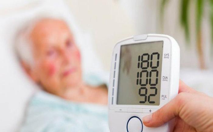 Thường xuyên đo chỉ số huyết áp của bệnh nhân để theo dõi tình trạng sức khỏe và đưa ra phương án ứng cứu phù hợp