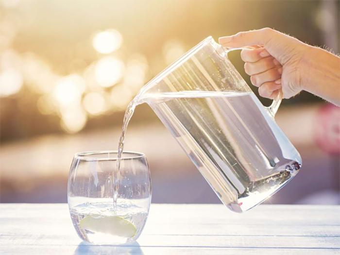 Với người huyết áp thấp cần chú ý bổ sung đầy đủ lượng nước cần thiết cho cơ thể