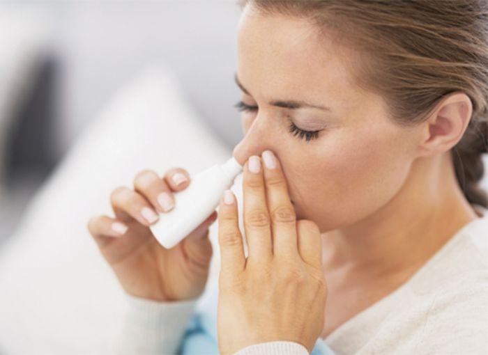 Khi bệnh nhân sử dụng thuốc có chứa corticoid dạng hít thì nguy cơ thuốc đọng lại cổ họng và trong khoang miệng rất cao