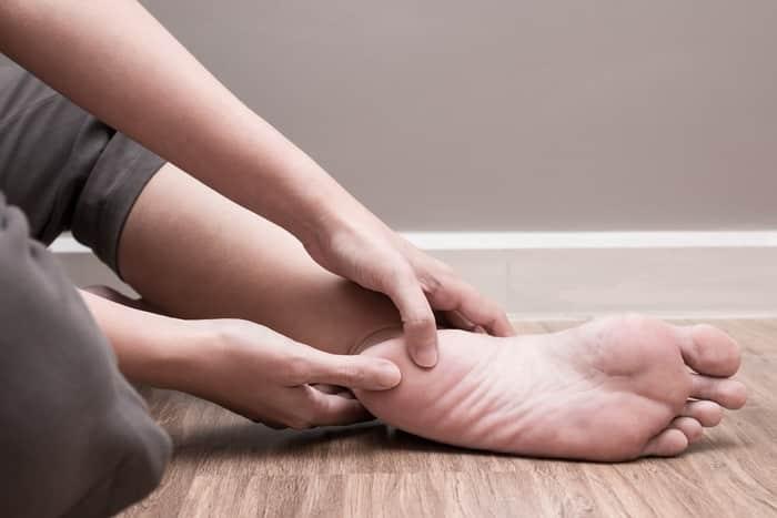 Xoa bóp và tập luyện cho chân là cách giúp giảm tổn thương