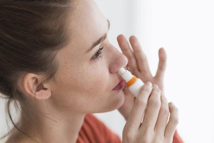 Sử dụng thuốc xịt mũi không đúng cách cũng là nguyên nhân phổ biến dẫn đến tình trạng chảy máu cam