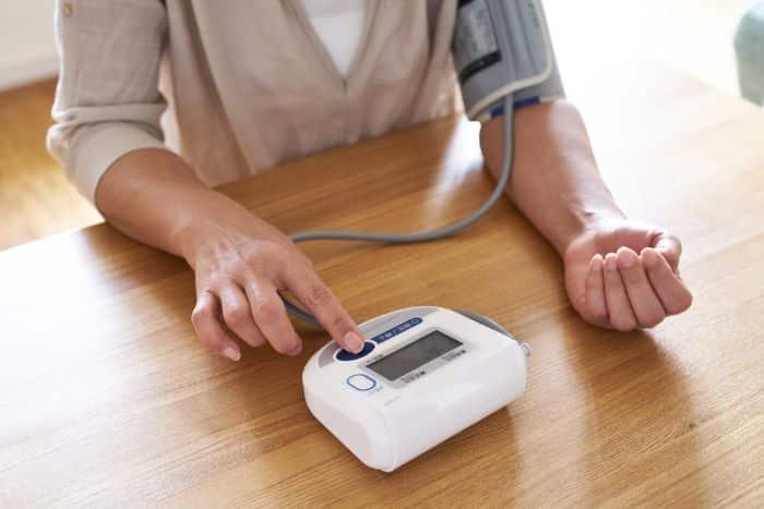 Khi đo huyết áp người bệnh cần đặt tay trên mặt phẳng và không cử động trong quá trình kiểm tra