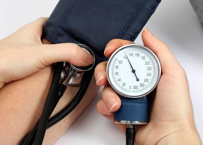 Quan sát chỉ số huyết áp được báo trên chiếc đồng hồ cơ