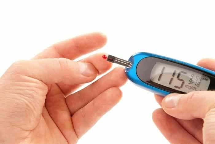 Nên kết hợp bài thuốc cỏ chân vịt với kiểm tra lượng đường huyết thường xuyên