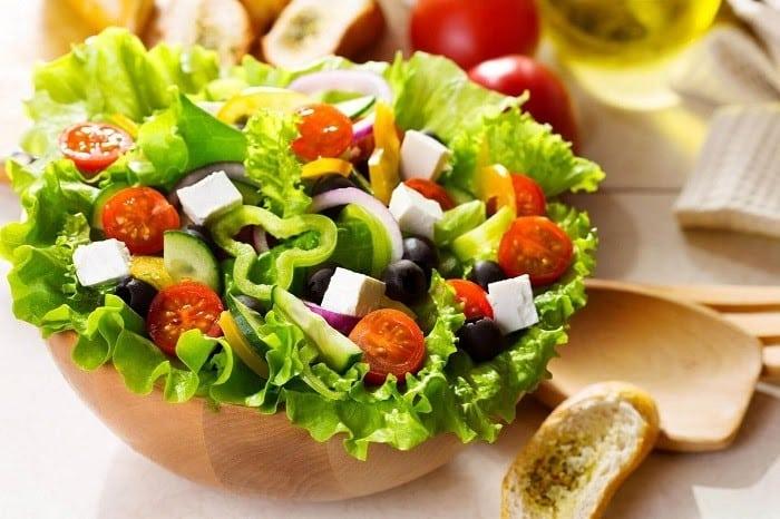 Mẹ bầu nên bổ sung nhiều rau xanh và trái cây vào bữa trưa