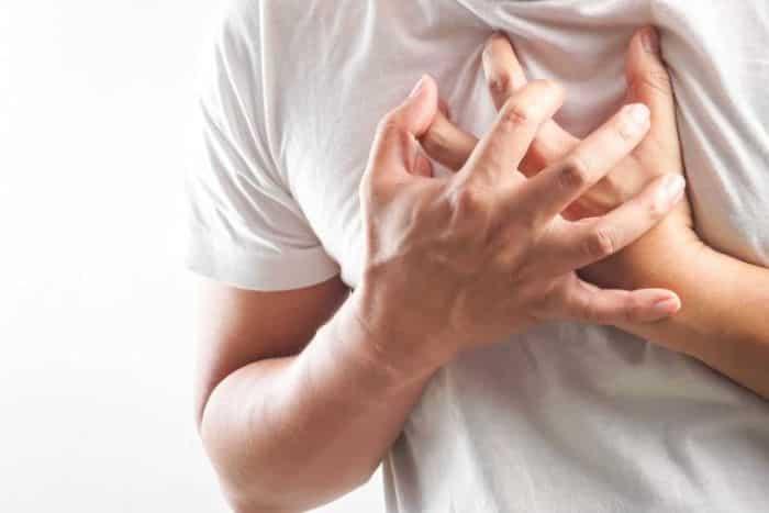 Đau tức ngực thường diễn ra ngắt quãng, không liên tục