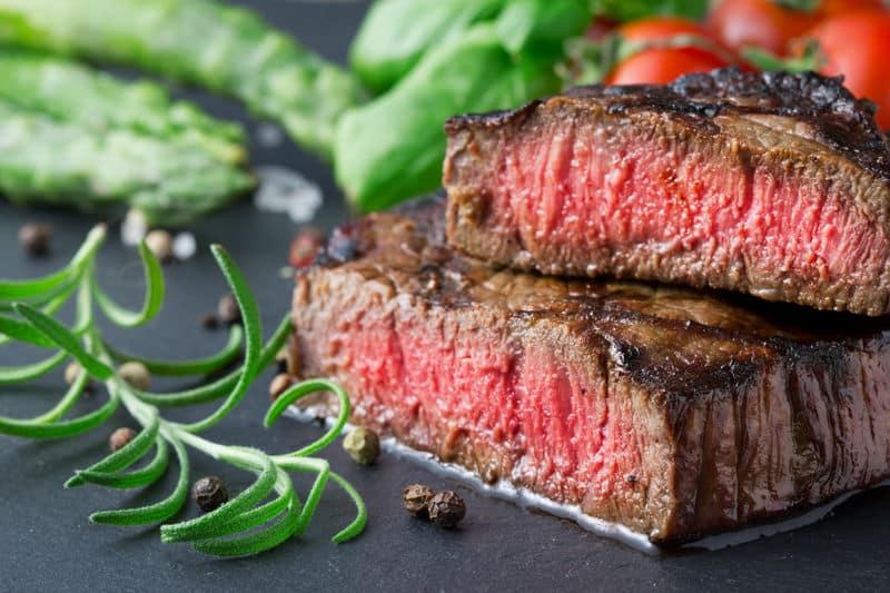 Nên hạn chế ăn thịt đỏ để giảm lượng cholesterol